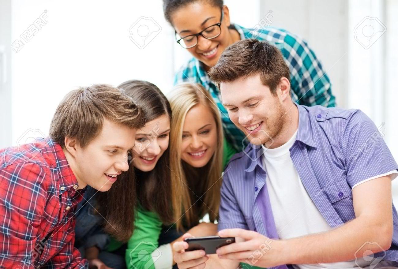 Interzicerea telefoanelor mobile in scoli a condus la o imbunatatire a rezultatelor elevilor