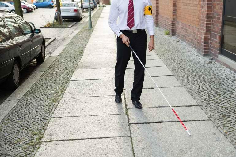 Niste studenti britanici au creat un baston inteligent pentru nevazatori