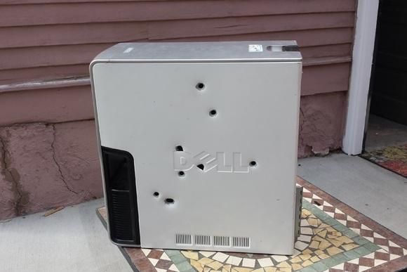 Un individ a bagat 8 gloante in PC-ul sau dupa ce a primit un ecran albastru al mortii