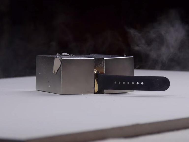 Niste magneti puternici distrug un Apple Watch de 10 000 de dolari