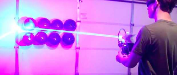 O arma cu laser de 40W facuta acasa pare a fi scoasa din filmele SF