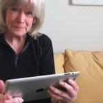 O femeie de 82 de ani foloseste internetul pentru prima oara