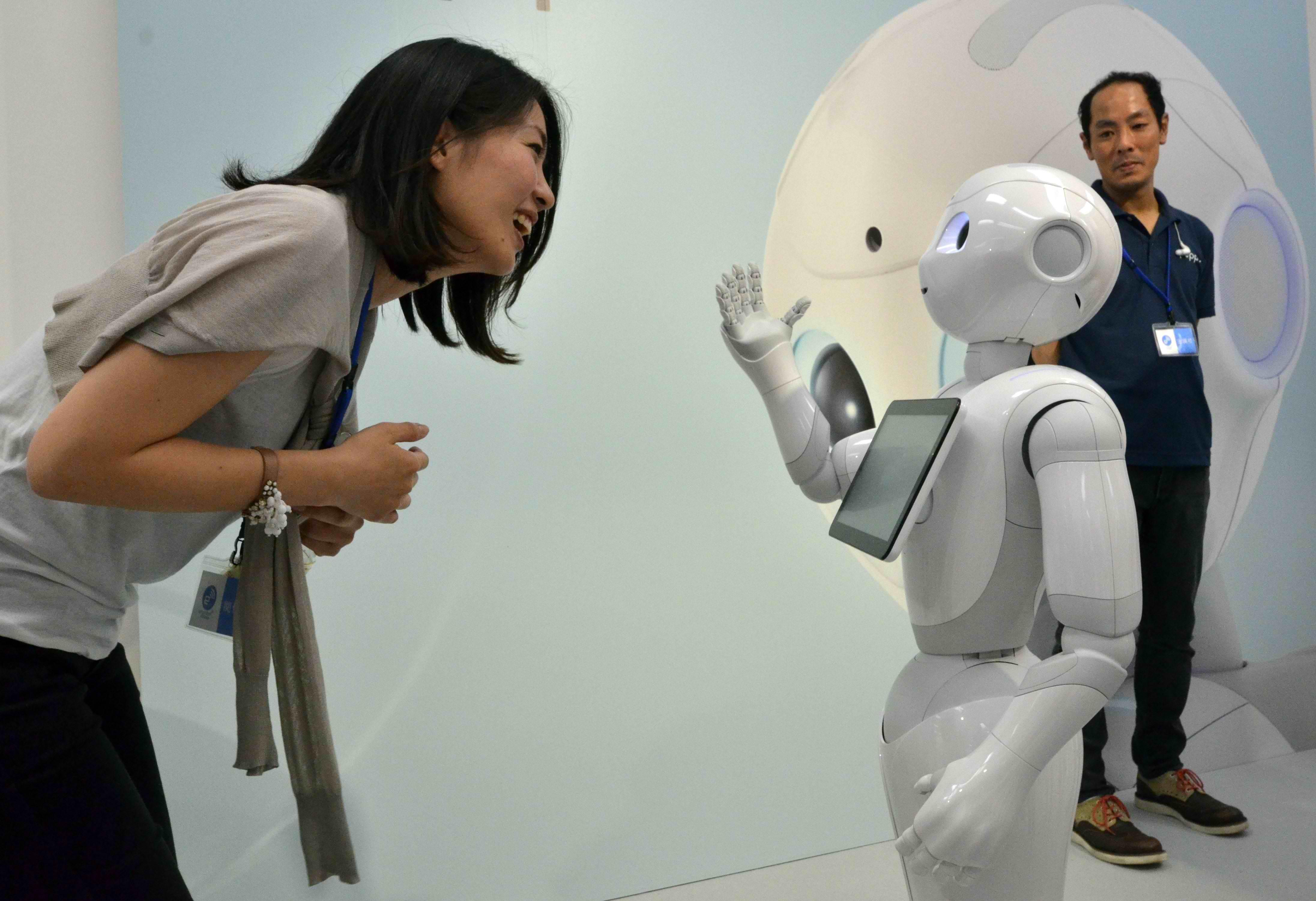 Robotul Pepper care simte emotiile va incepe sa fie vandut in Japonia in aceasta saptamana