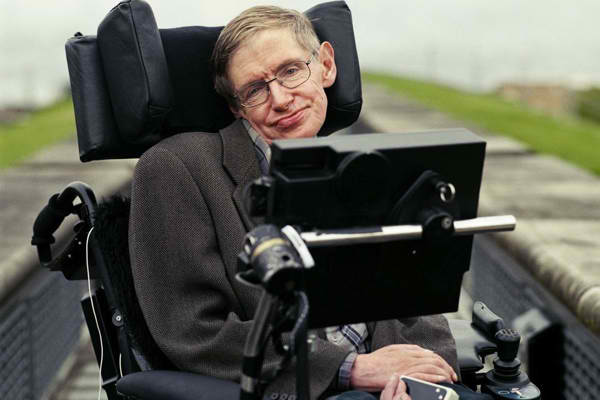 Stephen Hawking crede ca peste 100 de ani robotii vor prelua controlul