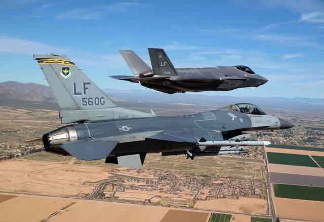 Avionul de lupta F-16D cu design vechi de 40 de ani il invinge pe F-35 intr-o lupta amicala