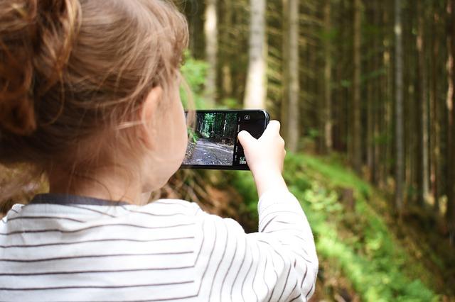 Utilizarea intensiva a smartphone-urilor i-ar putea face pe copii sa priveasca crucis