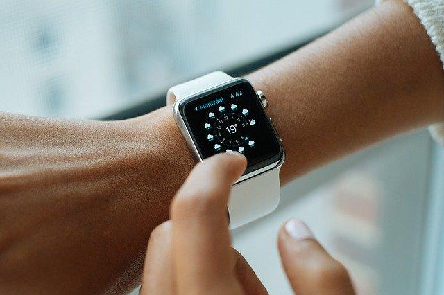 O drona este pilotata folosind Apple Watch