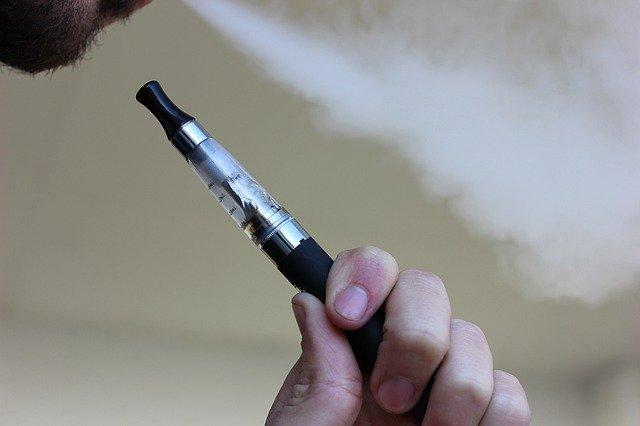 O tigara electronica explodeaza, arde o masina si o femeie