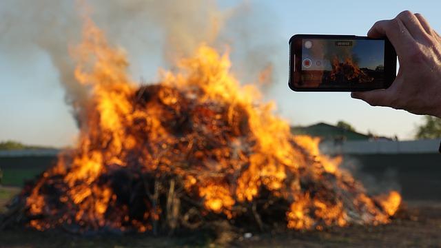 Un autovehicul pentru campare ia foc dupa explozia unui telefon mobil