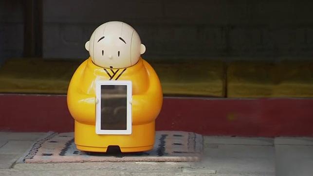 China are un robot calugar care ofera sfaturi celor care merg la templu