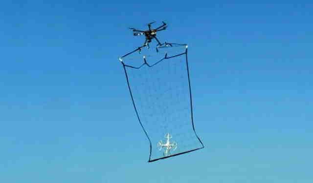 In Japonia sunt folosite dronele cu plase pentru a prinde dronele escroace