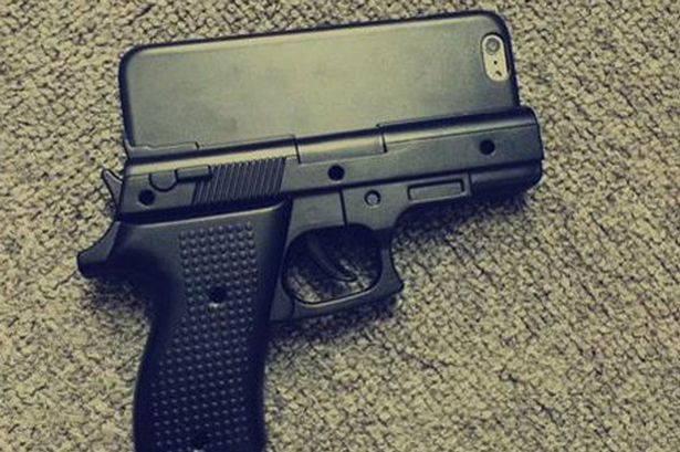 O carcasa de iPhone in forma de arma a fortat un aeroport sa-si inchida terminalul