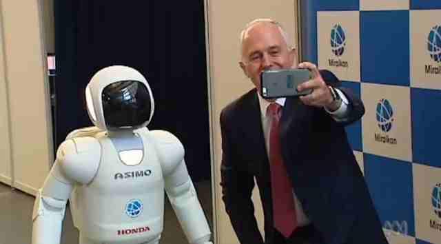 Premierul Australiei si robotul Asimo al Honda intr-un selfie