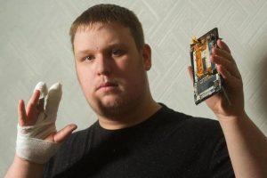 Un Sony Xperia T3 a explodat aparent in mainile unui barbat