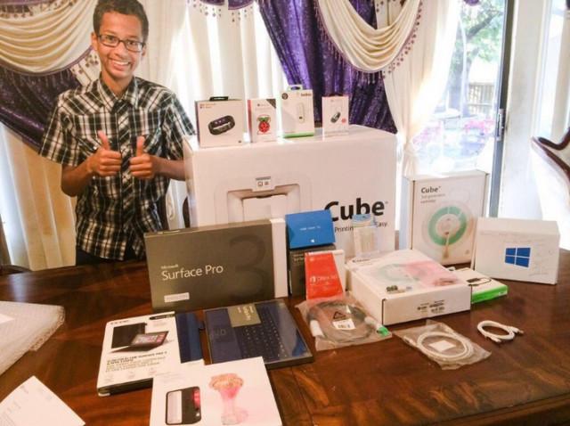 Un baiat de 14 ani care a fost arestat pentru ca a adus un ceas la scoala primeste noi gadgeturi de la Microsoft