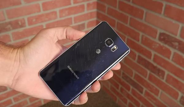 Un drop test cu Galaxy Note 5 descopera ca dispozitivul este suprinzator de durabil