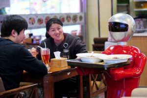 Un robot serveste intr-un restaurant din China