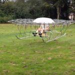 Un roi de drone ridica un barbat de la sol pentru un scurt timp