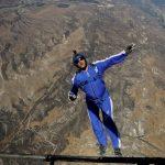 Un tip sare de la 7620 de metri fara parasuta, nu vei crede ce s-a intamplat mai apoi