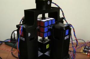 VIDEO Un robot rezolva cubul Rubik in putin peste o secunda