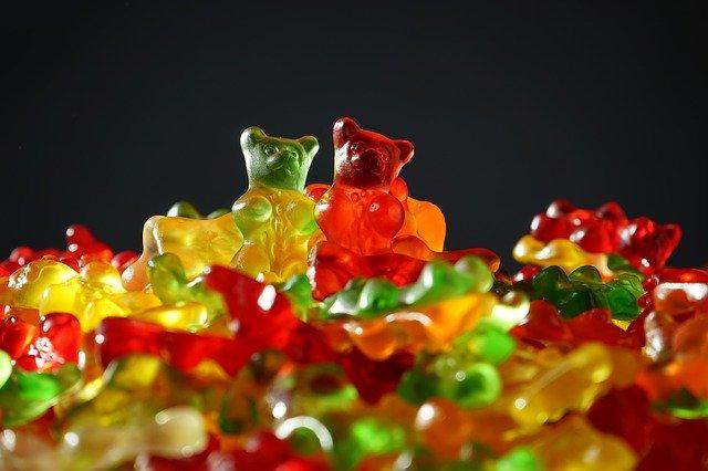 Cel mai mare gummy bear din lume nu-ti poate proteja iPhone-ul de o sageata