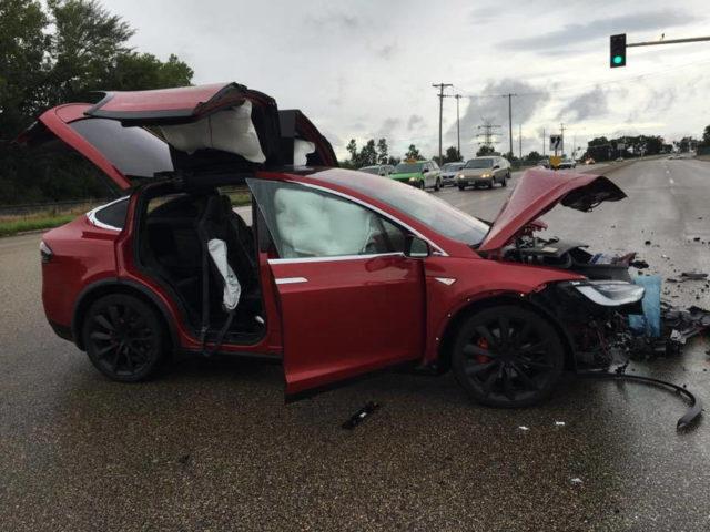 Un proprietar de Tesla Model X sustine ca masina i-a salvat viata in timpul unui accident