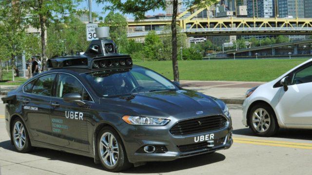 Masinile fara sofer ale Uber iau acum pasageri