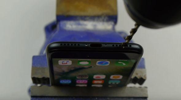 Niste oameni si-au gaurit telefoanele iPhone 7 pentru un jack ascuns pentru casti din cauza unei farse