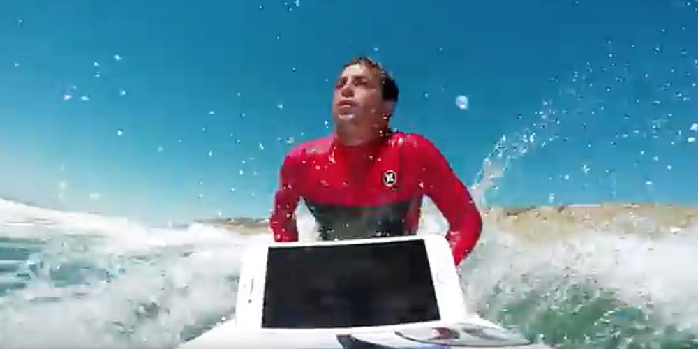 Un surfer profesionist pune rezistenta la apa a lui iPhone 7 la incercare