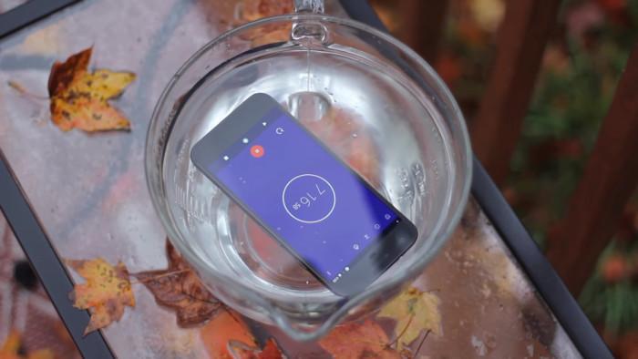 Google Pixel scufundat sub apa pentru 30 de minute. Va rezista