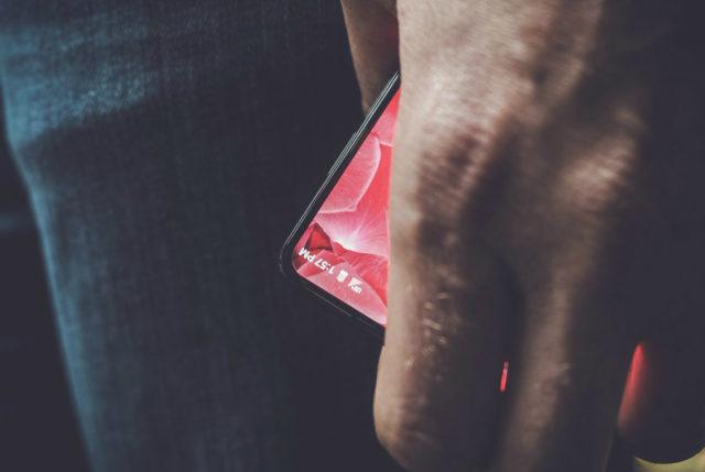 Creatorul Android Andy Rubin promoveaza un smartphone cu margini foarte subtiri