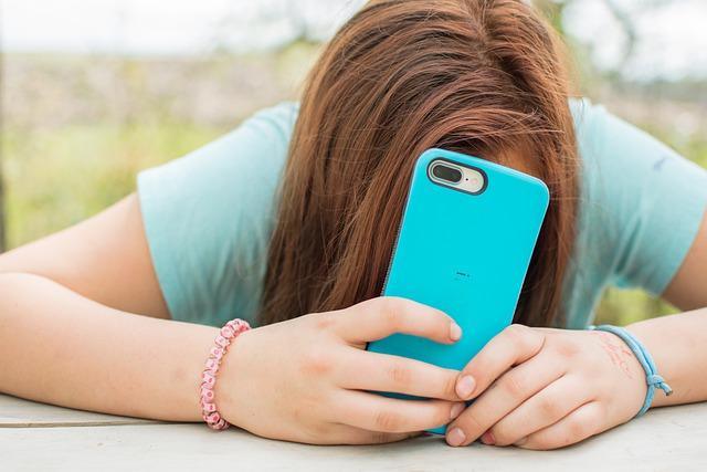 Adolescenti de 13 ani merg in centre de recuperare pentru a scapa de dependenta de smartphone-uri