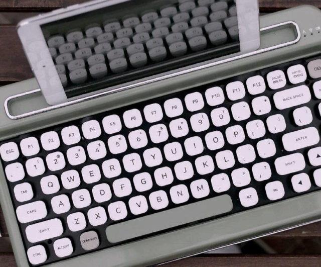 Penna este o tastatura mecanica ce iti da un feeling de masina de scris de pe vremuri