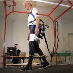 Un exoschelet robotic ajuta la prevenirea cazaturilor celor in varsta