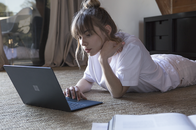 Un inginer Microsoft explica de ce Surface Laptop nu are porturi USB-C