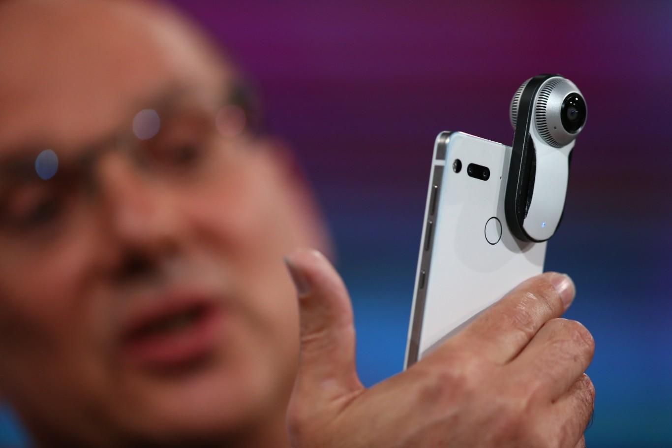 Smartphone-ul Essential Phone, adus oamenilor de persoana care a creat sistemul de operare Android, este in sfarsit gata pentru a fi in lumina reflectoarelor. Es