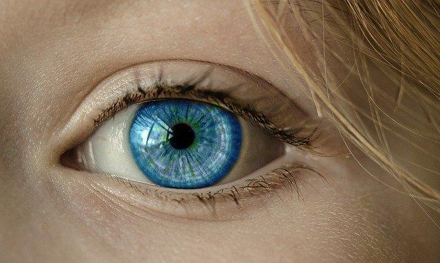 Smartphone-urile noastre ne schimba forma ochilor, spune un oftalmolog