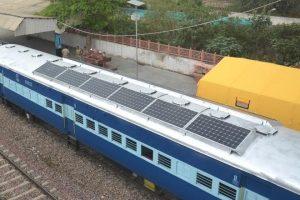 Apare primul tren alimentat de energie solara din India