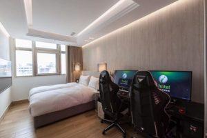 Acest hotel din are PC-uri si scaune de gaming in camere