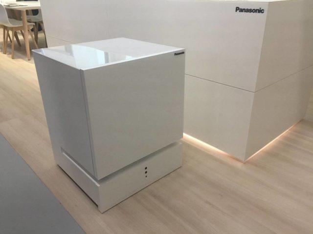Frigiderul Panasonic care se misca singur va veni daca il chemi