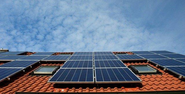 Locuintele cu venituri mici din Marea Britanie vor primi panouri solare gratuite