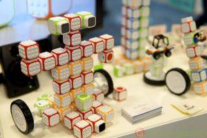 Robotii modulari Cubroid te invata programare