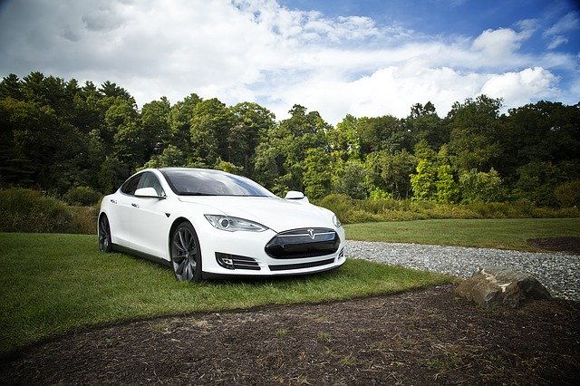 Tesla extinde autonomia masinilor sale electrice pentru ca proprietarii sa scape de uraganul Irma