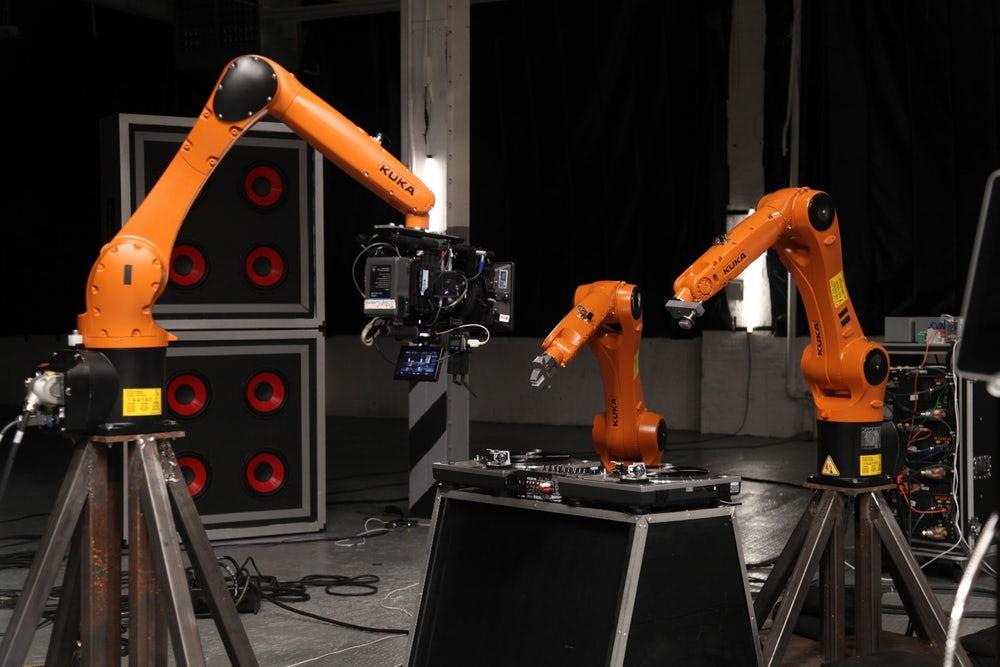 VIDEO Urmariti muzicianul Stanford cantand cu colegii sai roboti