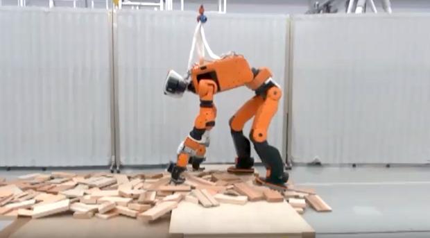 Robotul Honda in caz de dezastre poate urca pe scari