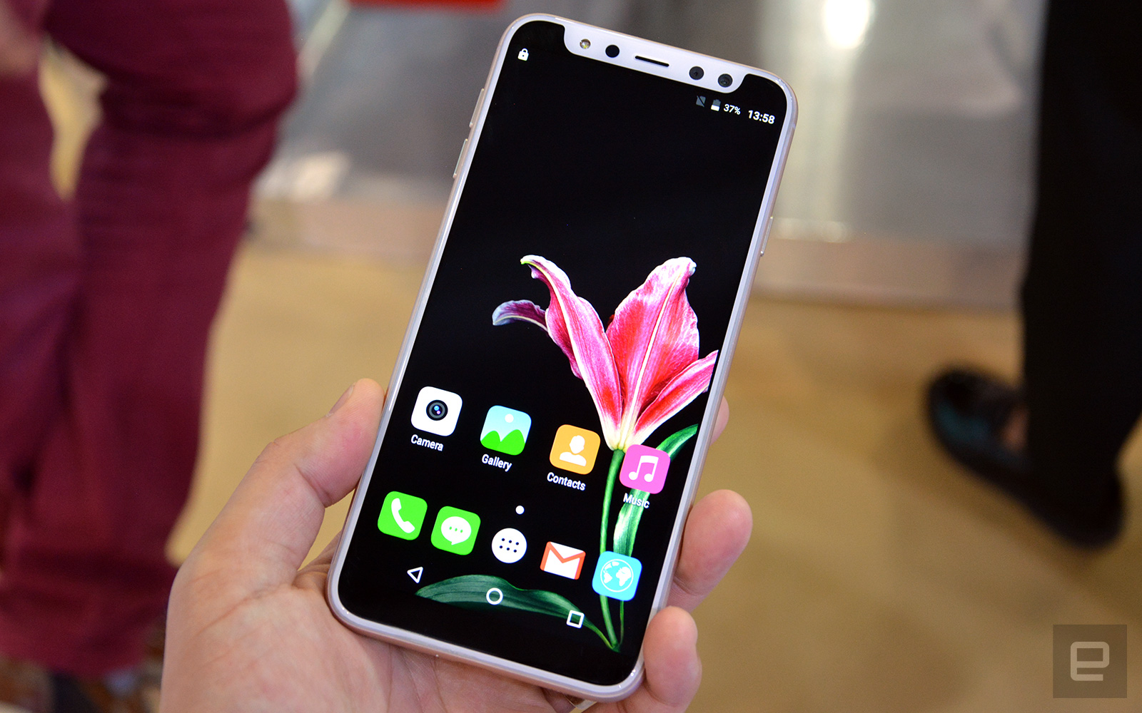 Un smartphone iPhone X fals are o crestatura falsa, evident