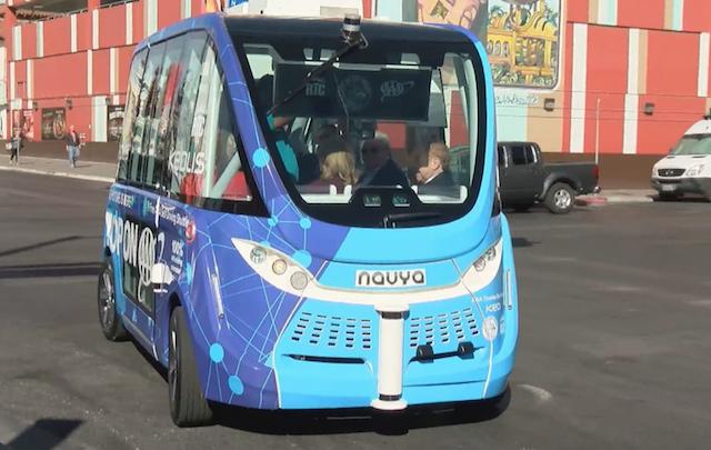Un autobuz fara sofer din Las Vegas a fost implicat intr-un accident in prima zi pe strazi