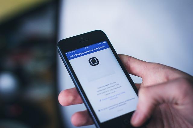 Un fost angajat Uber spune ca compania i-a cerut sa foloseasca mesaje care dispar