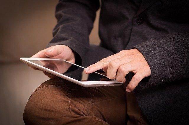 Un magician efectueaza trucuri magice cu un iPad