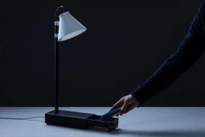 Aceasta lampa porneste numai daca iti pui smartphone-ul inauntru
